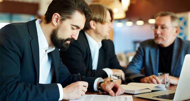 La importancia de analizar los pliegos administrativos y técnicos en las licitaciones públicas.